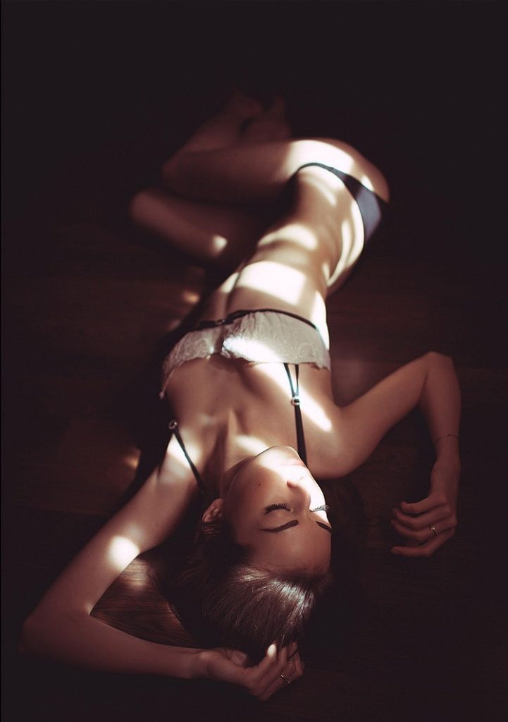Izmir escort Lesa, the most erotic photography, shadow play, naked girl, lacy underwear, attractive figure, sensuality, slim lady Lesa