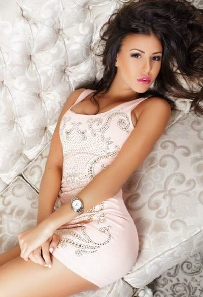 Escort girls Izmir present girl Renata that lays down on the beautiful bed and shows you that she is unimaginably great girl