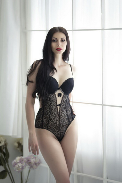 Escort girls Izmir are proud to present you Milena, a woman that looks gorgeous in her vampire-like gothic style