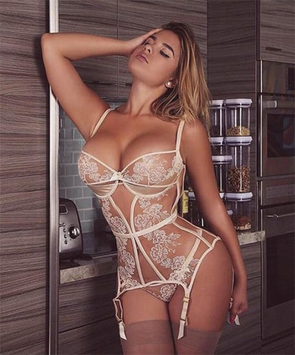 Eskortlar Izmir girl Nastiona is in magnificent lingerie that fits the tan of her body absolutely well