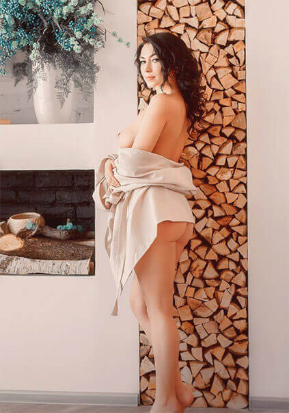 Ukrainian escort in Izmir Luisa opens alluring ass, which appetizing curves will make you want her