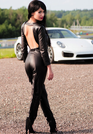 Izmir escort kızları Angelina shows some sexiness from the back being covered in black leather