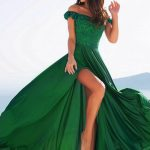 Izmir eskortlar girls show Mercedes who wears a green dress and does a flamboyant picture