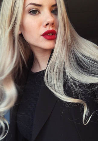 Izmir bayan eskortlar Alice shows her enticing look with red lips and blond down-falling hair