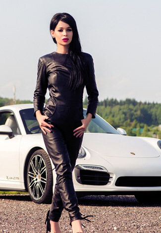 Izmir escort kızları Angelina in the black leather is coming from the white sports car