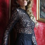 Izmir escort bayan Gabriella is at a gallery, exposing her wonderful black dress