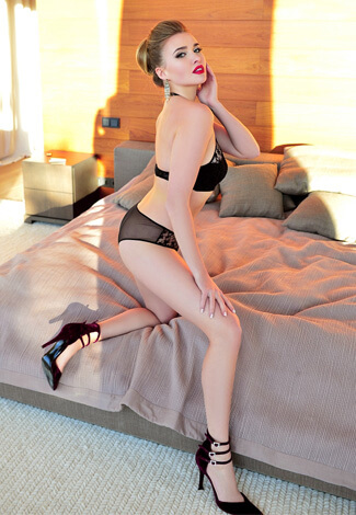 Izmir escort girl Julianna has a glamorous look and very good makeup