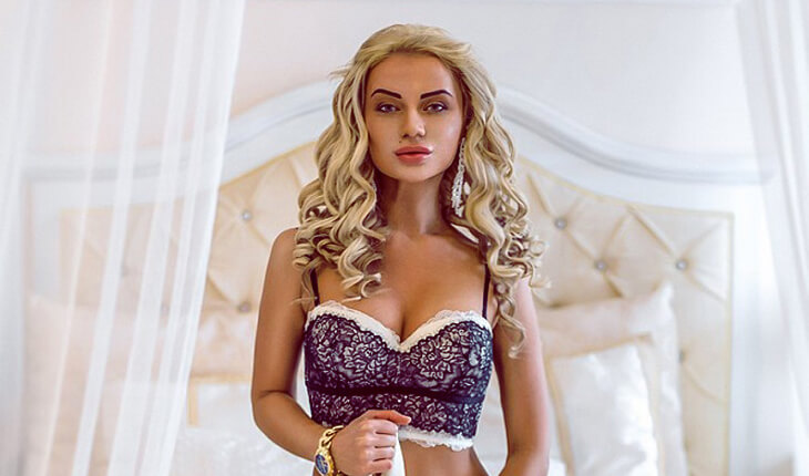 Izmir escort girl Amalia gives the gaze at her face and bra of the blue color