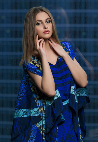 VIP escort bayan Liana wears blue and has classy grooming, which makes her look like a socialite