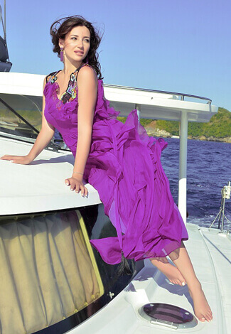 VIP escort kızlar Dana in the free-cut apparel on the yacht in the mid of the sea